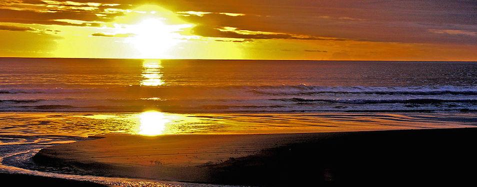 By Phillip Capper from Wellington, New Zealand (Ocean Beach daybreak, Hawkes Bay, New Zealand) [CC BY 2.0], via Wikimedia Commons